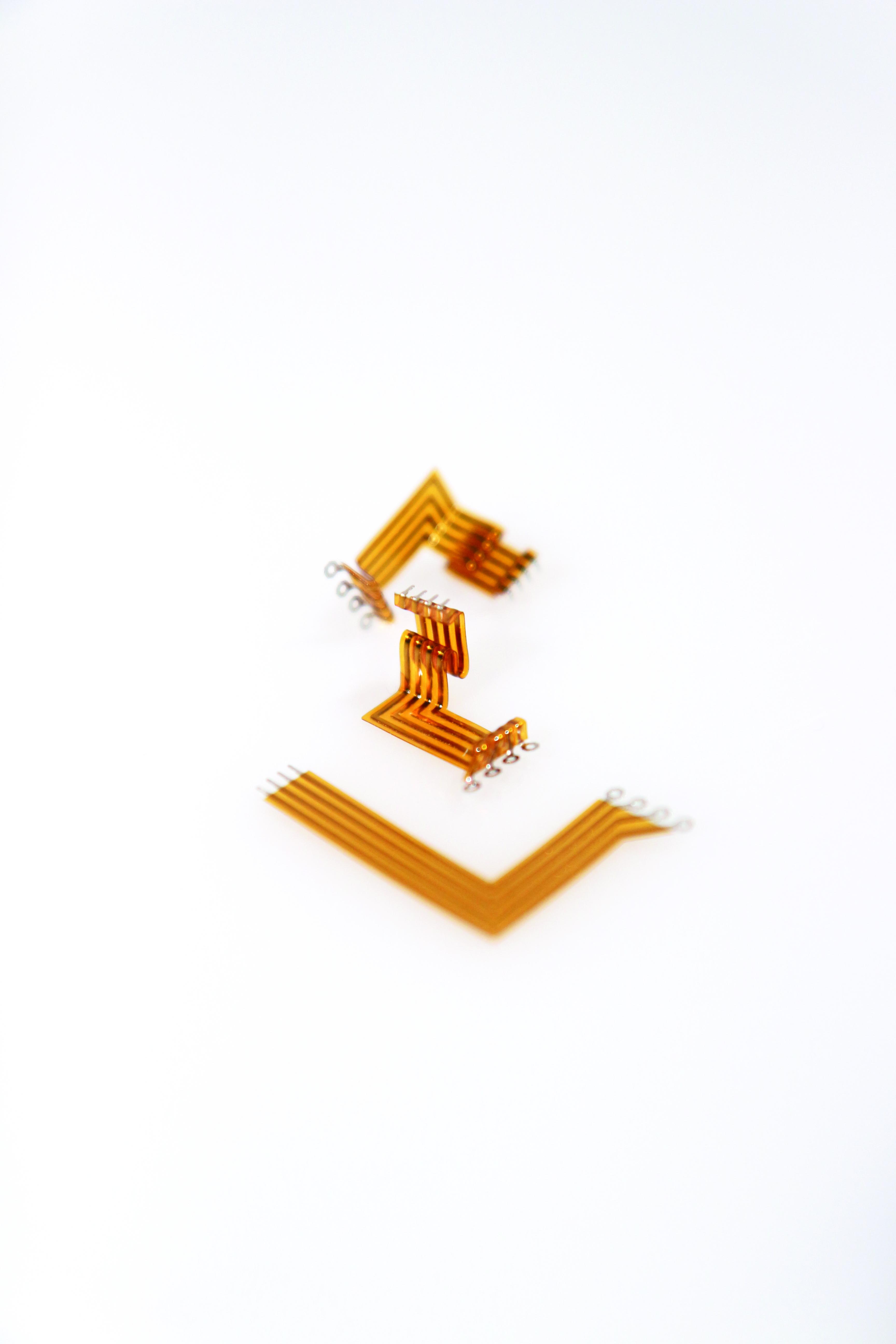 IsoLam-Verfahren: Leiterbahn mit gebogenen Verdrahtungsband in verschiedenen Ausführungen