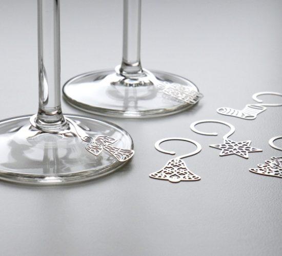 Verschiedene geätzte Glasanhänger mit Weihnachtsmotiven